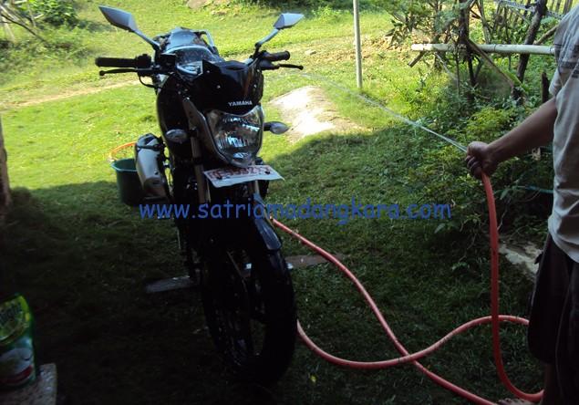 Merawat Body Motor Yamaha Byson sendiri, siraman terakhir dan mengelapnya.