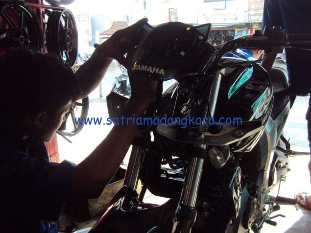 Variasi Standart Motor Yamaha Byson, proses pemasangan visor oleh teknisi.