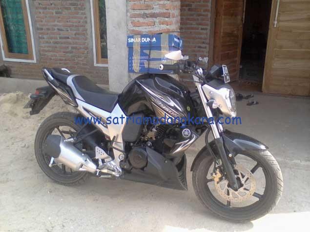 Daya Angkut Motor Yamaha Byson, membawa 1 Dus Kertas dari Rumah ke Toko.