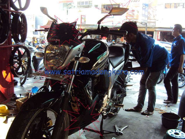 Variasi Standart Motor Yamaha Byson telah selesai dipasang, lihat dari bawah cover engine, dudukan plat, visor dan spion.